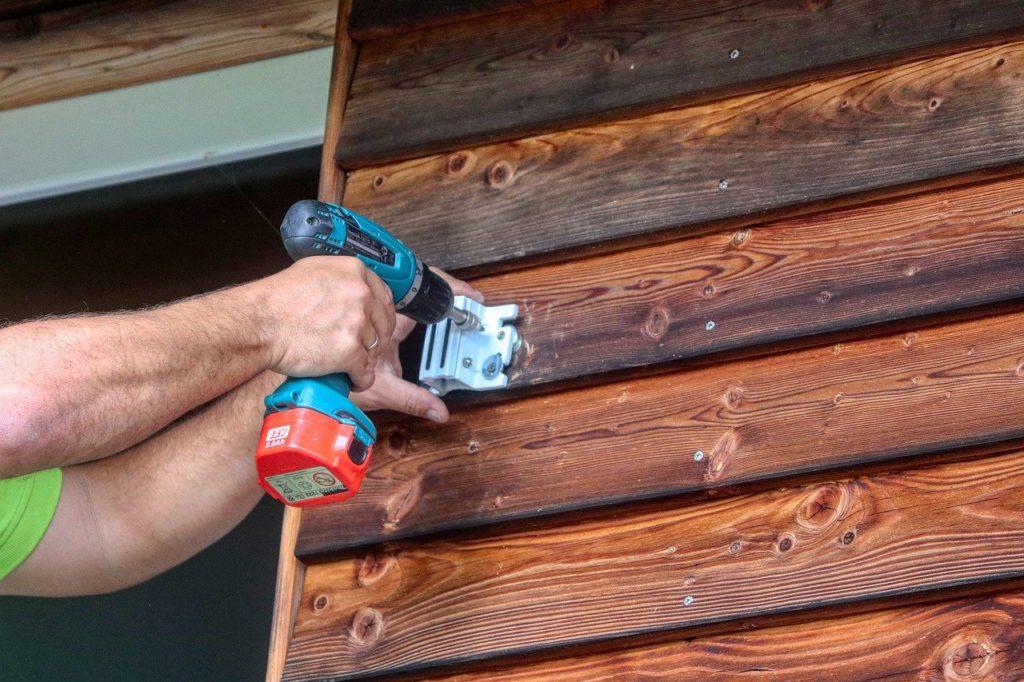 Hvad er forskellen på en handyman og en tømrer?